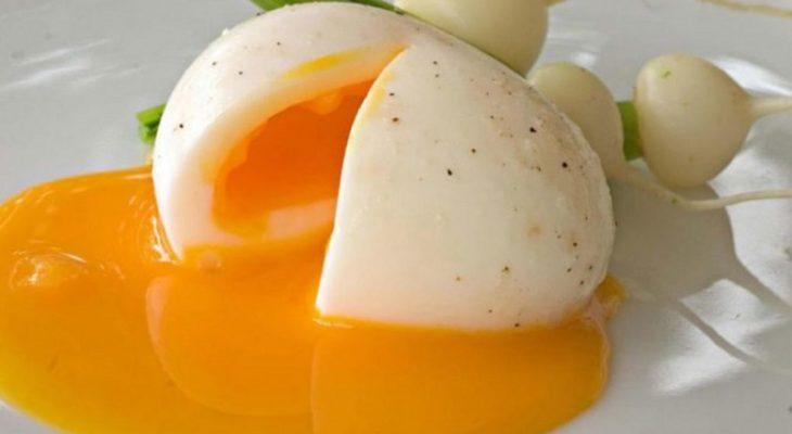 Comment enlever la coquille d'un œuf mollet